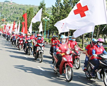 Red journey campaign attracts thousands participants in the south hinh anh 1