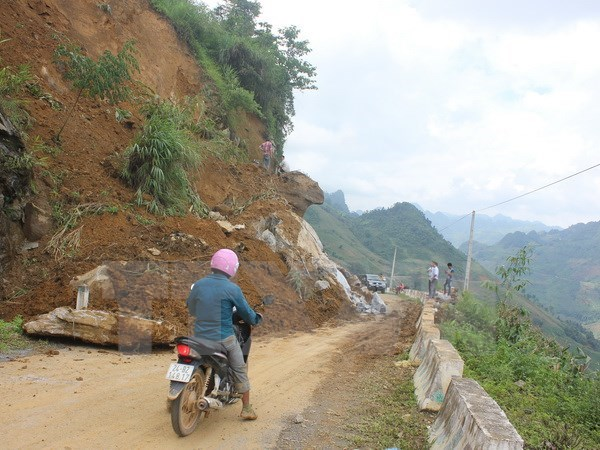 Torrential rains, landslides hit the north, killing 12 hinh anh 1