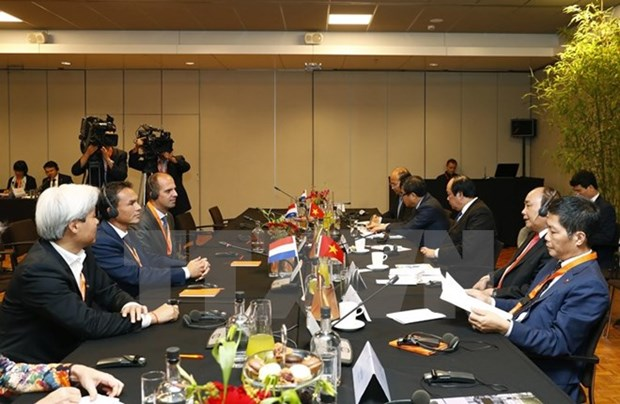 PM Nguyen Xuan Phuc discusses business with Dutch groups hinh anh 1