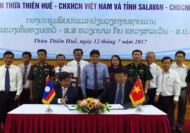 Vietnamese, Lao localities build peaceful border hinh anh 1