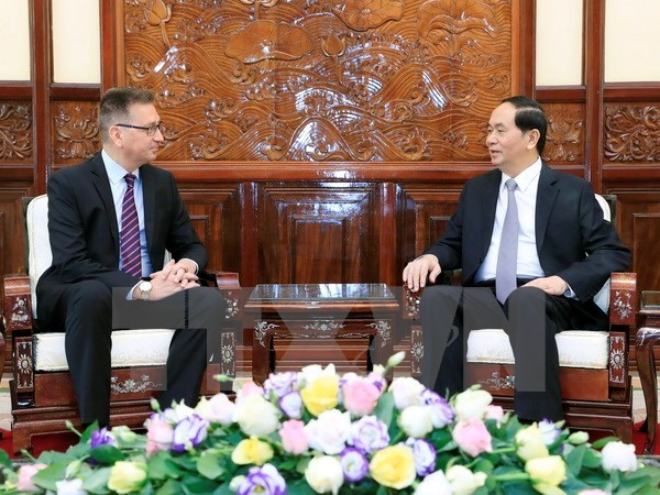President receives outgoing Finnish, Greek ambassadors hinh anh 1