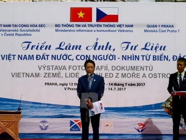Prague exhibition introduces Vietnam's sea, islands' beauty hinh anh 1