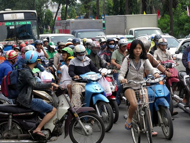 Experts call for more buses, control on cars in HCM City hinh anh 1