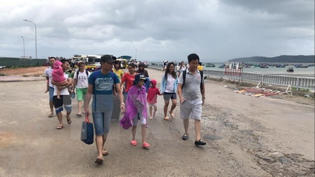 Tourists stranded on Co To island come ashore safely hinh anh 1