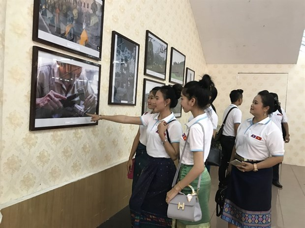Images of Laos go on display in Hanoi hinh anh 1