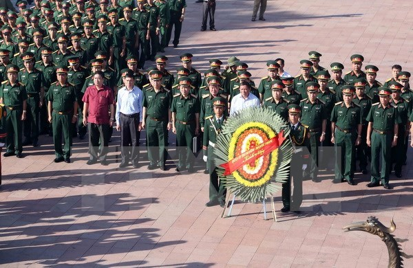 Defence Minister pays tribute to martyrs in Quang Tri hinh anh 1