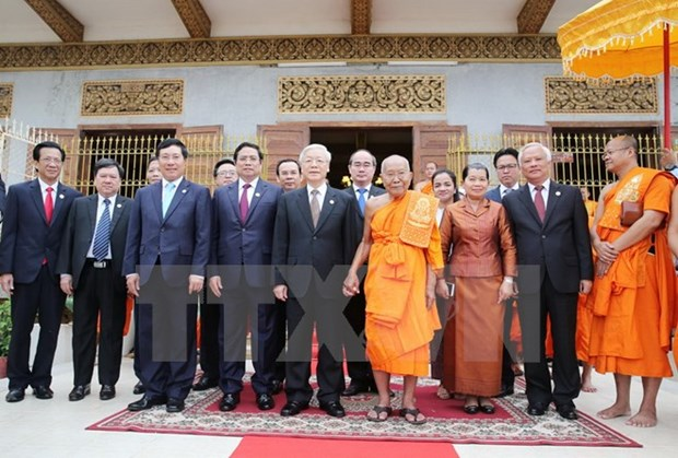 Party chief visits Cambodia's top Buddhist monks in Phnom Penh hinh anh 1