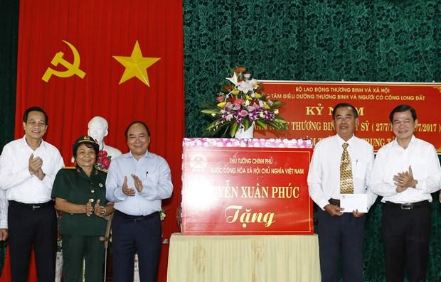 PM Nguyen Xuan Phuc visits war invalids in Ba Ria-Vung Tau hinh anh 1