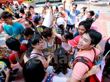 Hanoians give out free hugs to share love in Int'l Free Hugs Day hinh anh 1