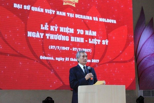 Embassy marks War Invalids and Martyrs Day in Ukraine hinh anh 1