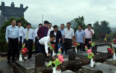 Deputy PMs visit revolutionary contributors ahead of martyrs' day hinh anh 1