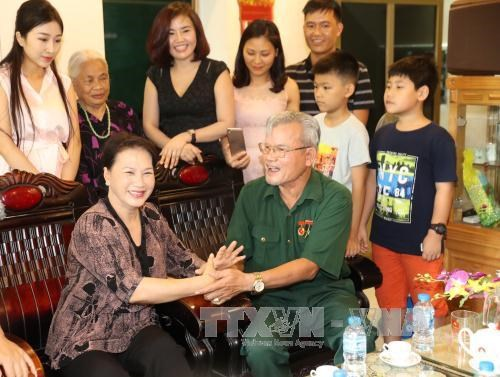 NA, State leaders present gifts to policy beneficiaries hinh anh 1