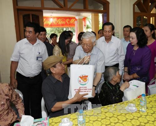Party chief visits nursing centre for revolutionary contributors hinh anh 1