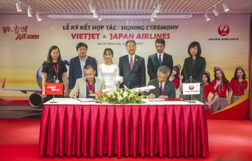 Vietjet Air, Japan Airlines ink cooperation deal hinh anh 1