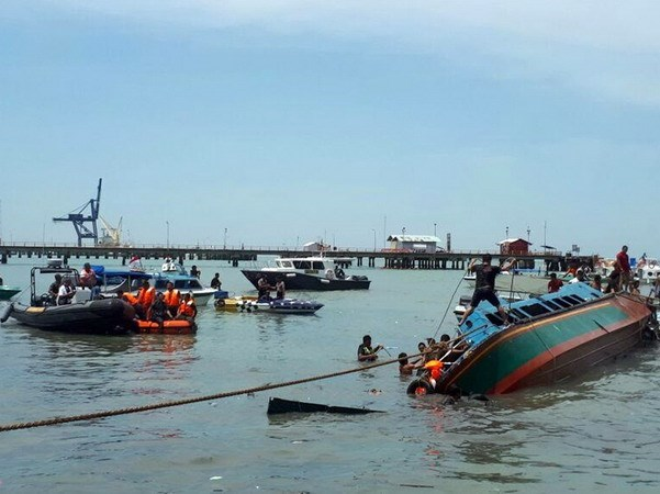 Indonesia: At least eight people killed in boat capsize hinh anh 1