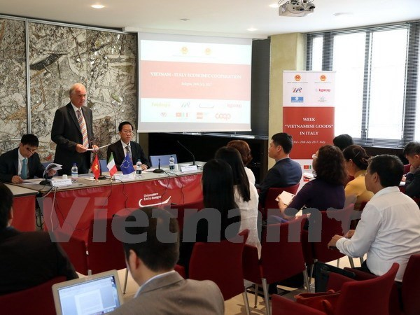 Vietnam presses on with trade promotion in Italy hinh anh 1