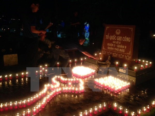 Candle-lighting ceremonies honour war heroes, martyrs hinh anh 1