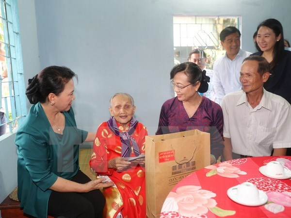 NA leaders present gifts to policy beneficiary families hinh anh 1
