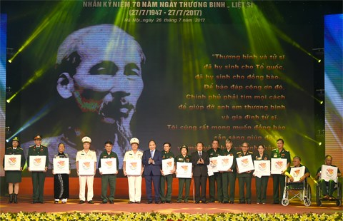 PM asks for more efforts to care for revolution contributors hinh anh 1