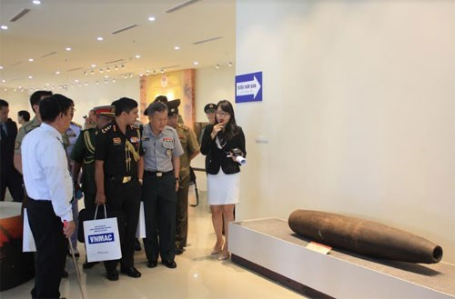 Military attaches visit Vietnam National Mine Action Centre hinh anh 1