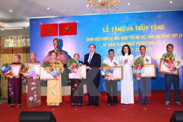 "64 women in HCM City awarded with ""Heroic Mother"" title hinh anh 1"