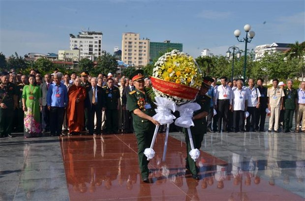 Cambodian leaders receive Vietnamese delegation hinh anh 1