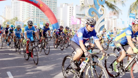 Cyclists pedal to raise fund for AO victims hinh anh 1
