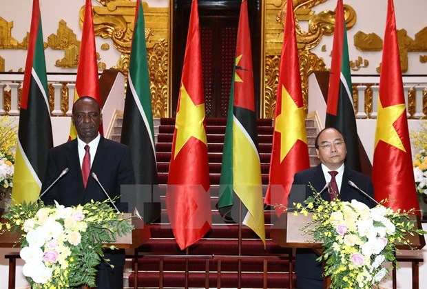 Mozambique calls for Vietnam's investment at PMs' talks hinh anh 1