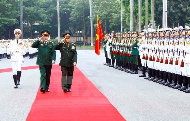 Lao senior military officer visits Vietnam to boost defense partnership hinh anh 1