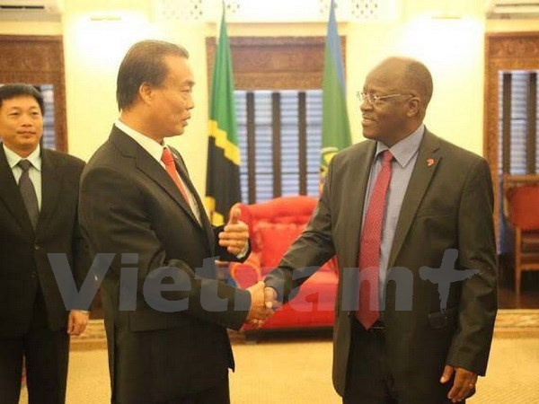 Tanzanian President pledges favorable conditions for Vietnamese investors hinh anh 1