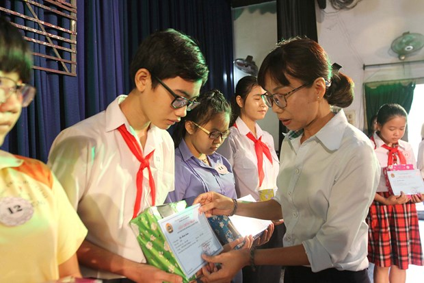 Scholarships given to disadvantaged children hinh anh 1