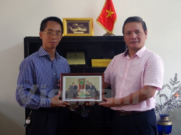 VNA presents friendship-featured photos to embassy in Algeria hinh anh 1