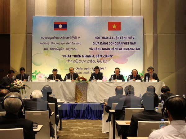 Decisive factors to sustainable development in Vietnam, Laos discussed hinh anh 1