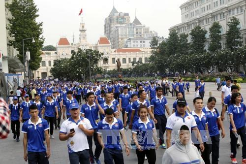Over 5,000 people walk to cheer national team to SEA Games 29 hinh anh 1