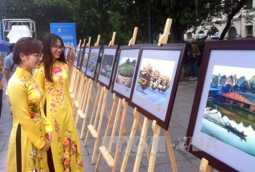 Photo exhibition marks ASEAN's 50th anniversary in Hanoi hinh anh 1