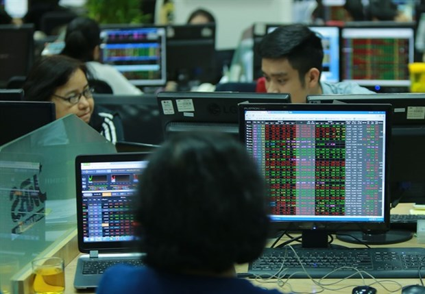 Stocks up on back of blue chips hinh anh 1