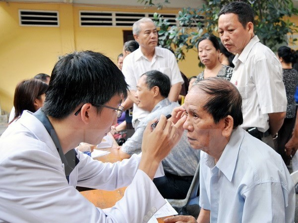 Nearly 470,000 people get free medical check-ups hinh anh 1