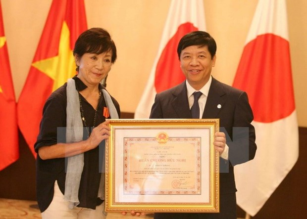 Vietnam's Friendship Order presented to Japanese film director hinh anh 1