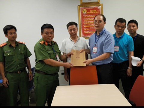 Hanoi police hand over wanted Chinese to Chinese police hinh anh 1