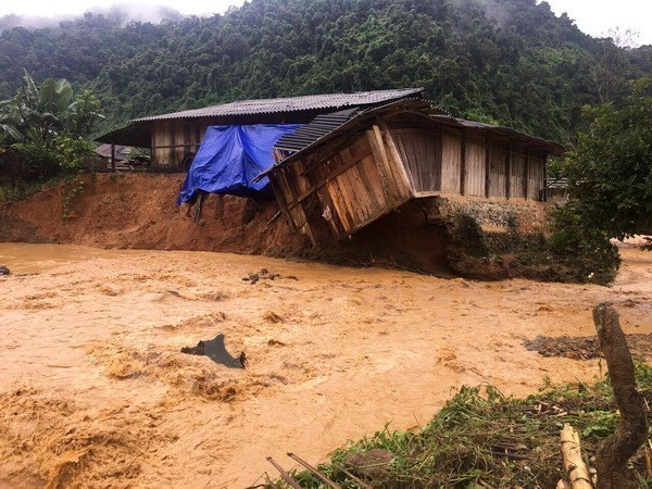 Vietnamese Embassy in Laos supports flood victims at home hinh anh 1