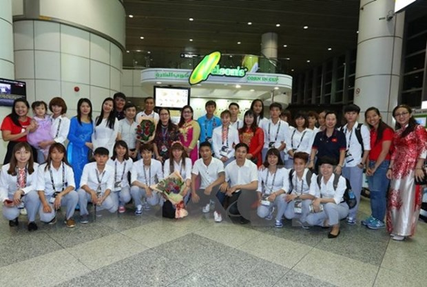 Women's football team arrive in Malaysia, aim for gold hinh anh 1
