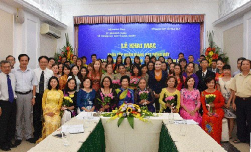 Language training course held for overseas Vietnamese teachers hinh anh 1
