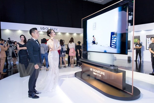 LG rolls out thinnest-ever TV panel in Vietnam hinh anh 1