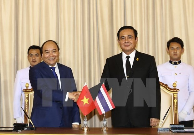 PM Nguyen Xuan Phuc holds talks with Thai counterpart hinh anh 1