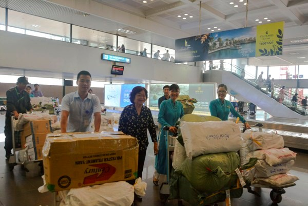 Vietnam Airlines, scholarship fund support flood victims hinh anh 1