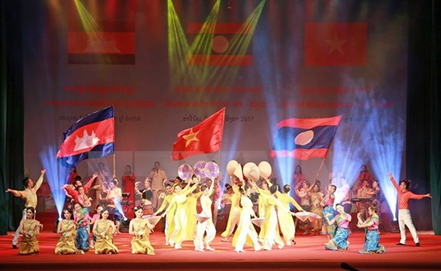 Art performance praises Vietnam-Laos-Cambodia friendship hinh anh 1