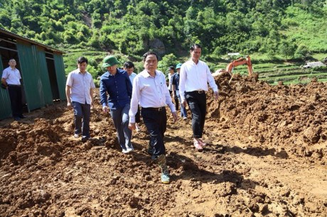 Front leader presents gifts to flood victims in Son La hinh anh 1