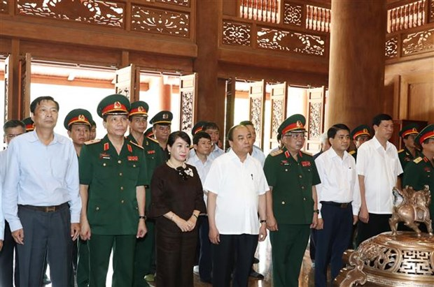 PM offers incense to late President in Hanoi's outlying district hinh anh 1