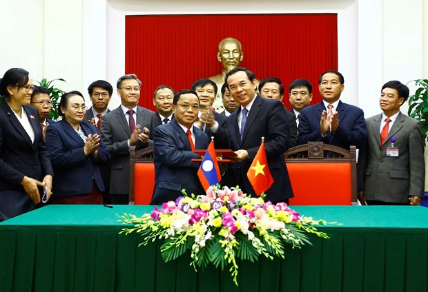 Vietnamese, Lao Party offices sign cooperation agreement hinh anh 1