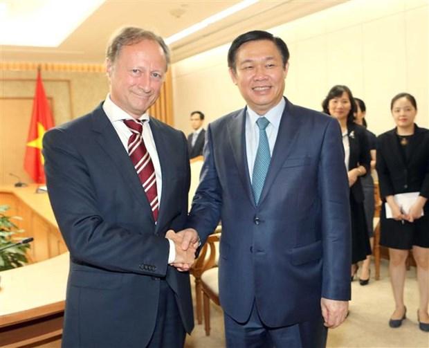 Deputy PM Vuong Dinh Hue receives foreign ambassadors hinh anh 3